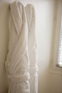 Peignoirs pendus au mur de la salle de bain